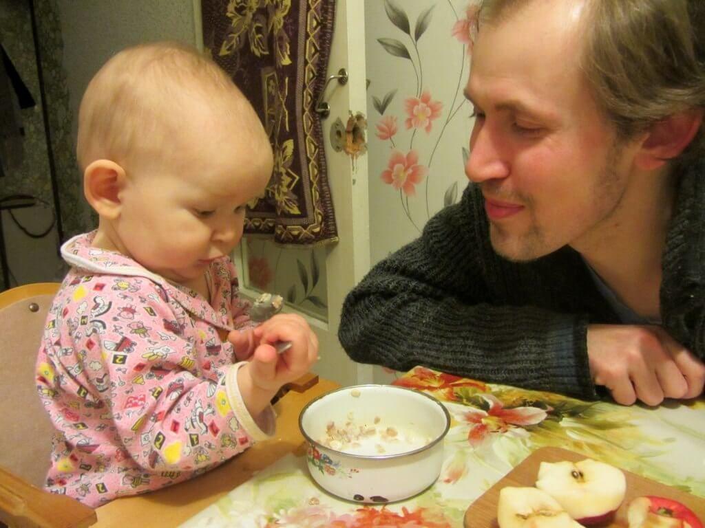 Как отлучить ребенка от груди - за столом